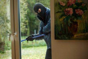 zloděj u domu