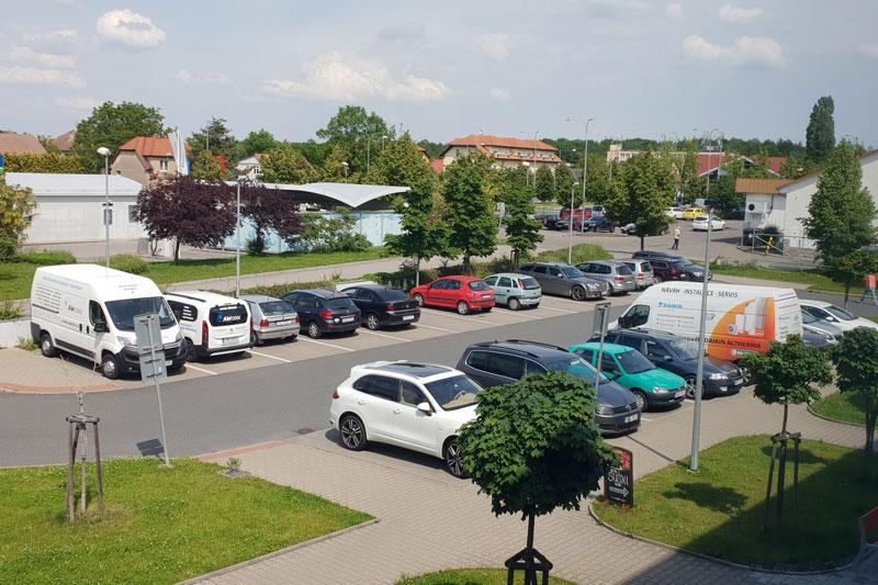 Parkování před kanceláří RE/MAX Alfa
